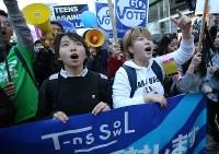 「T-ns SOWL」が呼びかけた安保法制反対デモに参加する高校生ら=東京都渋谷区で2016年2月21日午後4時56分、後藤由耶撮影