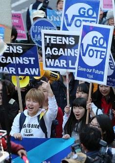 高校生らで作る団体「T-ns SOWL」が呼びかけたデモ、安保法制反対を訴える参加者たち=東京都渋谷区で2016年2月21日午後5時11分、後藤由耶撮影
