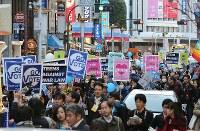 高校生らで作る団体「T-ns SOWL」が呼びかけた安保法制反対デモ=東京都渋谷区で2016年2月21日午後4時47分、後藤由耶撮影