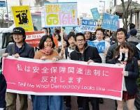 安全保障関連法に反対し、「T-ns SOWL west」の高校生らを先頭にして行われたデモ行進=大阪市北区で2016年2月21日午後2時5分、加古信志撮影