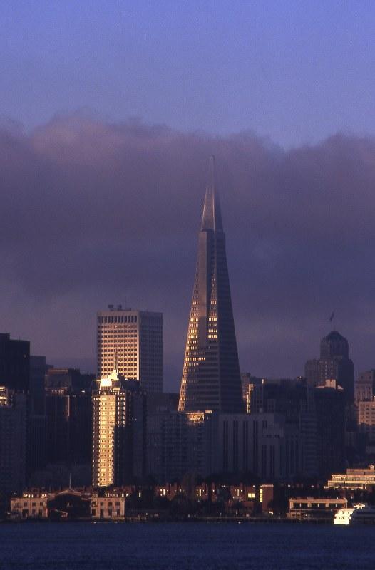 サンフランシスコの日の出と高層ビル