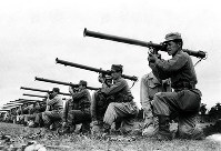 米軍から新しく貸与されたバズーカ砲の訓練をする警察予備隊員=1951年