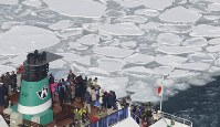 People on a drift ice sightseeing vessel enjoy the view in the Sea of Okhotsk off Abashiri, Hokkaido, on Feb. 22, 2016, in this photo taken from a Mainichi aircraft. (Mainichi)