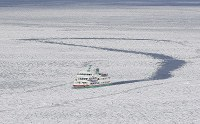 A sightseeing boat moves through drift ice in the Sea of Okhotsk off Abashiri, Hokkaido, on Feb. 22, 2016, in this photo taken from a Mainichi aircraft. (Mainichi)