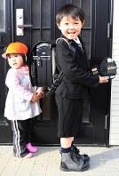 妹のあかりちゃん(左)と共に真新しいランドセルを見せてくれた斎藤佑星君。通う大街道小学校は家が全壊し家族で避難生活を続けた学校だ=宮城県石巻市で2012年3月3日、梅村直承撮影
