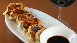 ワインと好相性の「フォアグラ餃子」(680円税別)