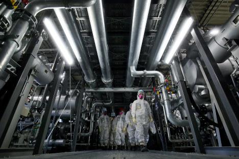 凍結管が網の目のように頭上を覆う冷却機のある建屋=福島第1原発で2016年2月23日午後3時10分、森田剛史撮影