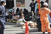 People involved in the accident near Osaka Station in Osaka's Kita Ward are seen covered in blankets, on Feb. 25, 2016. (Mainichi)