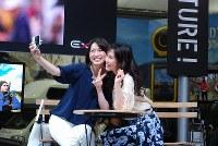 ユニークな機能でスマホに対抗するカシオのコンデジ「エクシリム」シリーズ=パシフィコ横浜で開幕したCP+2016で2016年2月25日、小島昇撮影