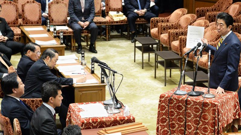 野田佳彦前首相(左端)の質問に答える安倍晋三首相(右)=2016年2月19日、藤井太郎撮影