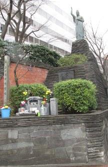 2・26事件犠牲者の慰霊像。毎年2月26日、慰霊式が開かれる=東京都渋谷区宇田川町で