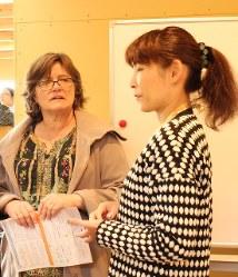 プログラムの合間に、被災地の女性の話を聞くジョーンズさん(左)。「東北の経験を米国でも生かしたい」という=岩手県陸前高田市の「箱根山テラス」で(ウィメンズアイ提供)