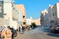 地安部隊が放った催涙ガスが住宅街に充満し、逃げ惑う住民たち=バーレーン東部シトラ島で2016年2月5日、田中龍士撮影