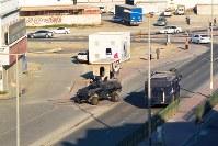 デモ隊を鎮圧するため、幹線道路を巡回する地安部隊の装甲車=バーレーン東部シトラ島で2016年2月5日、田中龍士撮影