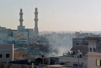 治安部隊が放った催涙弾により、催涙ガスが充満する住宅街=バーレーン東部シトラ島で2016年2月5日、田中龍士撮影
