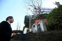「2・26事件」から80年の朝、慰霊像に向かって読経する今泉章利さん=東京都渋谷区で2016年2月26日午前9時26分、森田剛史撮影