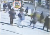 事故直前、現場近くの防犯カメラに映っていた、大橋さんが運転していたとみられる乗用車(画面上の円内)。この後、画面奥方向へ進み、歩道に突っ込んだ