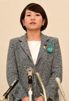民主党からの離党を表明する鈴木貴子・衆院議員=東京・永田町で26日、徳野仁子撮影