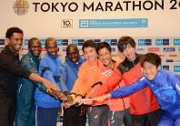 東京マラソンに向けて意気込む(右から)村山、松村、藤原、今井の国内招待選手と外国招待選手=小林悠太撮影