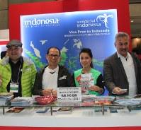 ジャカルタマラソンへの参加を呼びかけたインドネシアのピタナ副観光相(中央)=東京ビッグサイトで