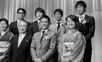 ミキハウスの新年会で、柔道金メダリストの野村忠宏さん(前列右から2人目)ら同社所属の各種スポーツ界の先輩たちと記念写真に収まる清水さん(前列右端)=大阪市内で