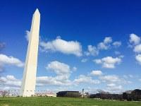 ワシントン中心部の小高い丘に建つ「ワシントン記念塔」=2016年2月6日、清水憲司撮影