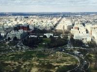 「ワシントン記念塔」の展望台から見えるホワイトハウス=2016年2月10日、清水憲司撮影