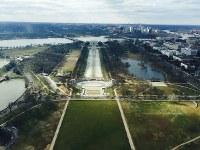 「ワシントン記念塔」の展望台から見えるリンカーン記念堂=2016年2月9日、清水憲司撮影