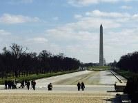 ワシントン中心部に近いリンカーン記念堂から見える「ワシントン記念塔」=2016年2月8日、清水憲司撮影