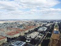 「ワシントン記念塔」から見えるワシントン市街。右端にあるのが米連邦議会議事堂=2016年2月10日、清水憲司撮影