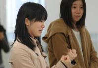 「語り部をすることで、経験を前向きに考えられるようになった」と話す小山綾さん(左)=宮城県東松島市で昨年12月、伊藤直孝撮影