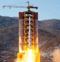 北朝鮮の弾道ミサイルとみられるロケット=2月7日、朝鮮中央通信・朝鮮通信