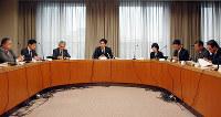 子どもの貧困対策を話し合う吉村洋文大阪市長(左から4人目)=大阪市役所で、念佛明奈撮影