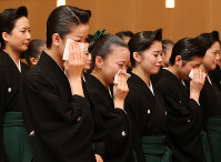 卒業式で涙を流す宝塚音楽学校の第102期生=兵庫県宝塚市で2016年3月1日午前10時53分、梅田麻衣子撮影