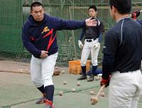 バッティングを指導する開星の山内監督(左)=松江市西津田9の同校で、藤田愛夏撮影