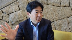インタビューに答える辻野晃一郎さん=2016年2月26日、亀井和真撮影