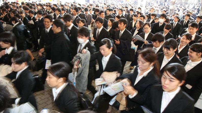 就職活動が本格スタートし、合同企業説明会の会場に入る学生ら=2016年3月1日、宮武祐希撮影