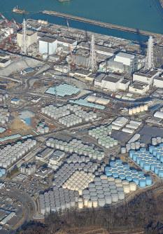 汚染水の貯蔵タンクが並ぶ東京電力福島第1原発=2月19日、本社ヘリから喜屋武真之介撮影