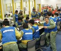 緊急時対策所で訓練する中部電力社員ら=御前崎市の浜岡原発で