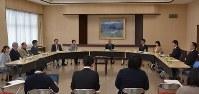 法曹三者と裁判員裁判経験者の意見交換会=秋田市の秋田地裁で、代表撮影