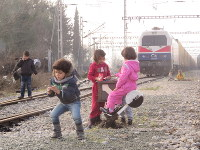 Refugee children play in train tracks in Idomeni in northern Greece, on March 1, 2016. (Mainichi)