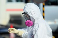 全面マスクを着用し、現場から入退域管理施設に戻る作業員=福島第1原発で2016年2月23日、森田剛史撮影