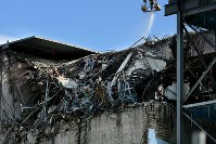 放射性物質を含む粉じんの拡散を抑えるため、爆発事故の爪痕が残る3号機の原子炉建屋にまかれる飛散防止剤=福島第1原発で2016年2月23日、森田剛史撮影