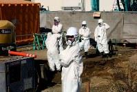 4号機周辺で防護服を着て工事する作業員ら=福島第1原発で2015年11月6日、森田剛史撮影