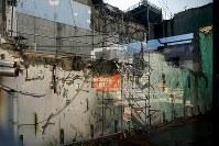 爆発事故の爪痕が残る3号機付近の建屋=福島第1原発で2015年11月6日、森田剛史撮影