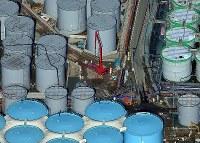 林立する巨大なタンクの間で作業する人たち=福島第1原発で2015年11月27日、本社ヘリから森田剛史撮影