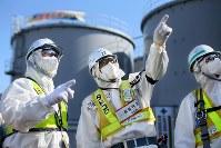 汚染水をためるタンクの建設現場で責任者として指示を出す田所治さん(中央)=福島第1原発で2016年2月12日、森田剛史撮影