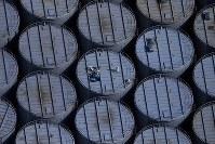 林立する汚染水の貯蔵タンクの上に立つ作業員=福島第1原発で2016年3月2日、本社機「希望」から森田剛史撮影撮影