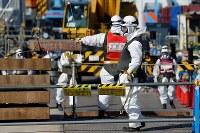 放射線量が高い凍土遮水壁の建設現場で、放射線を遮る効果のある金属が含まれたベストを着て働く作業員ら=福島第1原発で2016年2月23日、森田剛史撮影