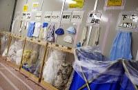免震重要棟に設置された分別回収場所=福島第1原発で2016年1月25日、小川昌宏撮影